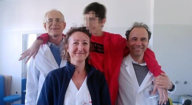 Il ragazzo con l'équipe del Gaslini di Genova