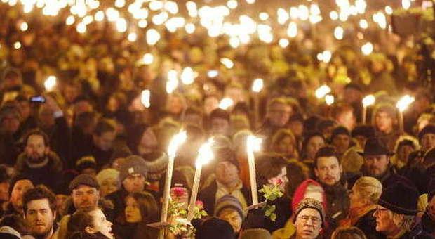 Copenaghen, «Il killer ha agito da solo». Fiaccolata in ricordo delle vittime