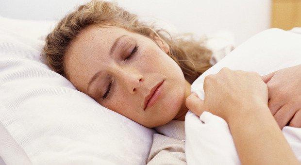 Appello degli oculisti: mai dormire (o appisolarsi) con le lenti a contatto