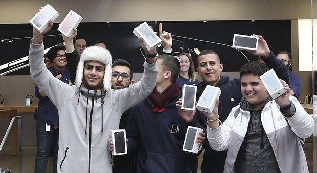 iPhone 7, ressa all'alba all'Apple store di Porta di Roma: in coda con caffè e cornetto