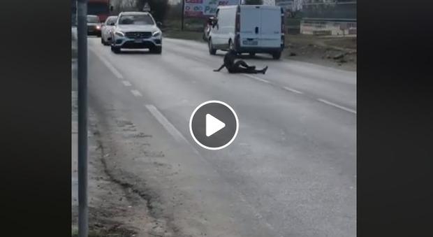 Richiedente asilo in mutande inizia a fare ginnastica al centro della strada: traffico in tilt.