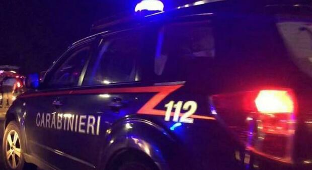Roma, ubriaco colpisce in retromarcia l'auto dei carabinieri: denunciato