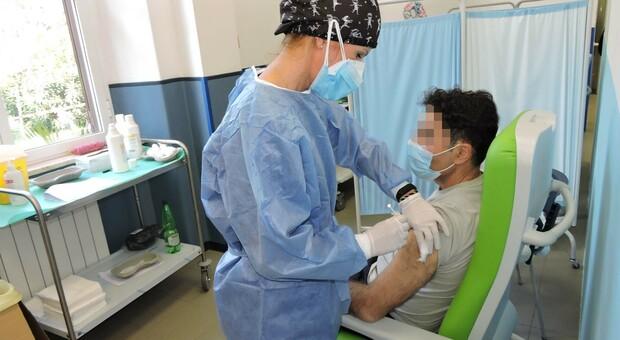 Un giovane viene vaccinato nella Asl Rm6