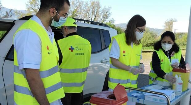 Medici, infermieri e volontari al centro vaccini allestito a Valmontone a sud di Roma