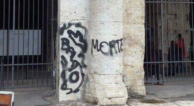 Roma, vandali al Colosseo: su un pilastro spuntano scritte minacciose