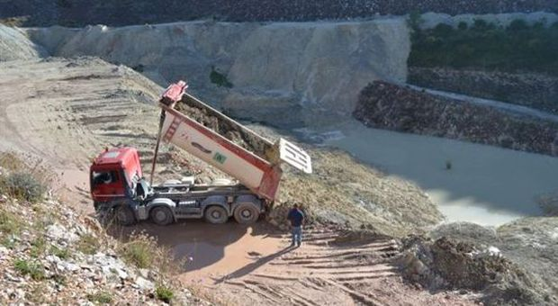La Forestale sequestra cava dismessa era usata come discarica