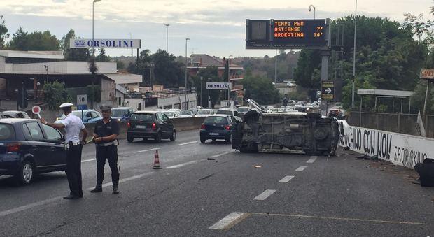 Roma, furgone capovolto sull'Aurelia: ferito grave il conducente