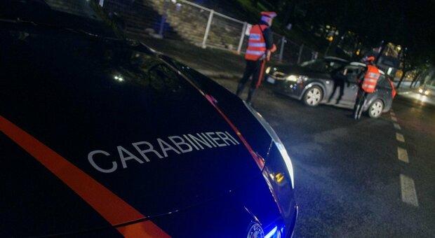 Roma, sfugge al posto di blocco e sperona 5 macchine della polizia: feriti 10 agenti