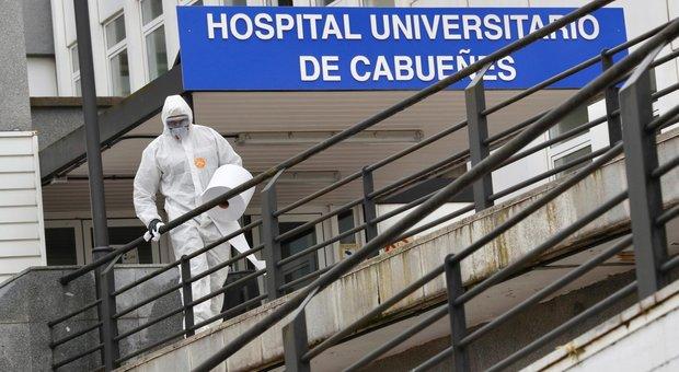 Coronavirus, la Spagna chiude gli hotel: «Turisti, tornate a casa»