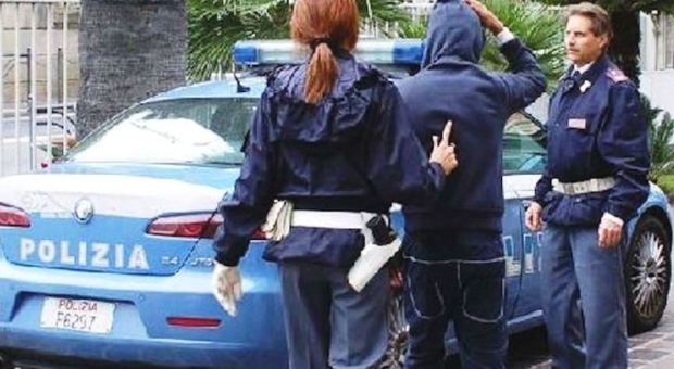 Roma, botte ai passanti per rapinarli: preso il 27enne incubo dell'Eur