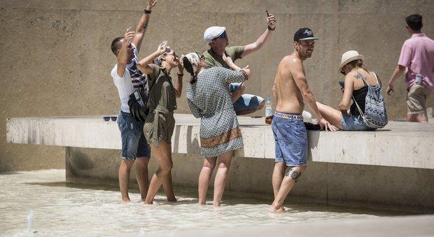 Roma, stop a bivacchi e docce nelle fontane storiche: multe di 240 euro
