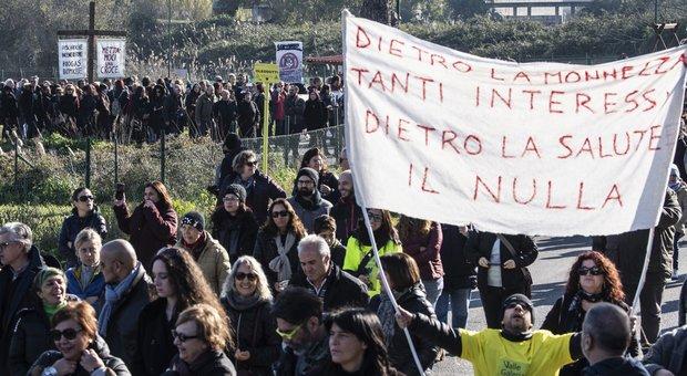 Raggi pro-discarica perde la piazza M5S: la battaglia di Roma