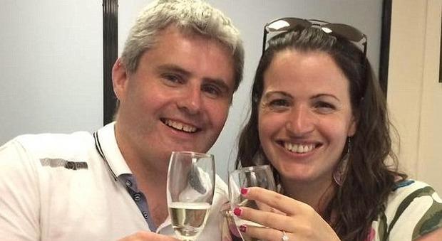 Fidanzato le chiede di sposarlo in vacanza: 30enne muore durante viaggio di ritorno a casa