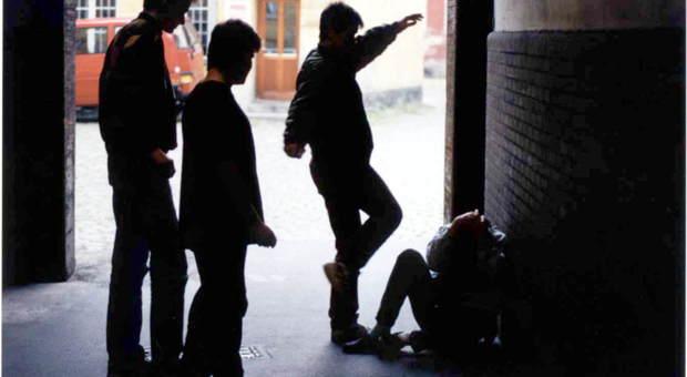 Roma, rapina choc a San Giovanni: in 6 lo immobilizzano al bancomat