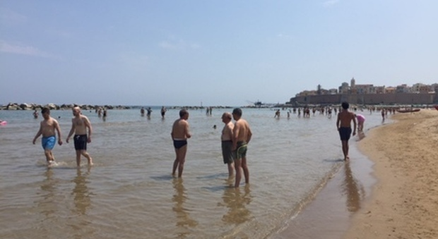 «Sei negro, vattene dalla spiaggia...», turista romano denunciato in Maremma