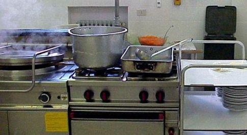 Bimba cade nel pentolone nella mensa della scuola e muore: il cuoco con le cuffiette non ha sentito le urla