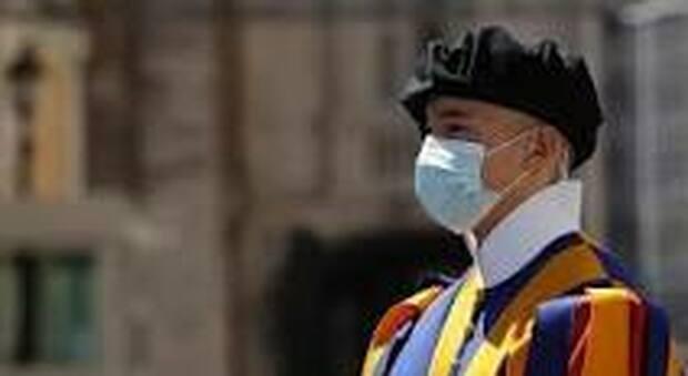 Covid, in Vaticano sale la paura per l'ondata dei contagi: positive 4 guardie svizzere