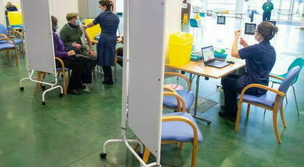 Vaccini e trombosi rare, Ema: «Diminuite le morti dopo la somministrazione di AstraZeneca e J&J»