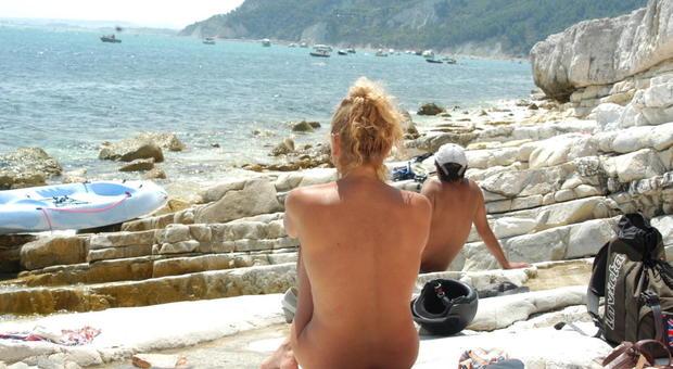 Mascherina? Negli Usa i nudisti la accettano