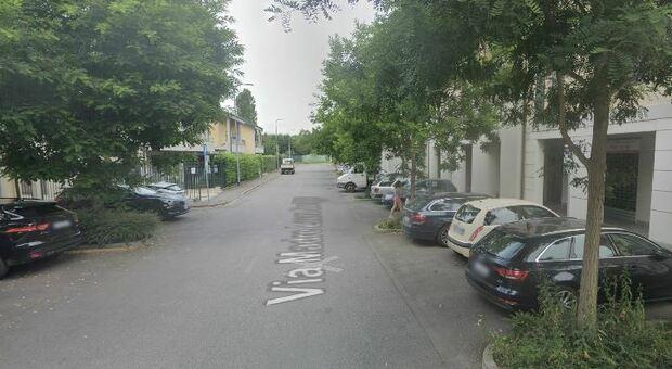 Milano, accoltella la compagna e scappa con il figlio di 18 mesi: arrestato. La donna è gravissima