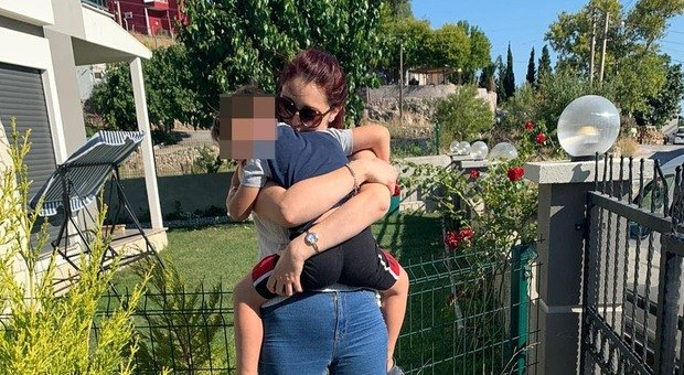 Il momento dell'incontro tra madre e figlio, in Turchia, nel luglio scorso