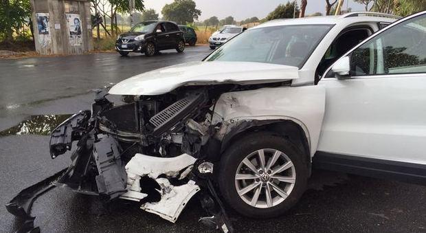Roma, incidente all'Infernetto: auto finisce nella cunetta