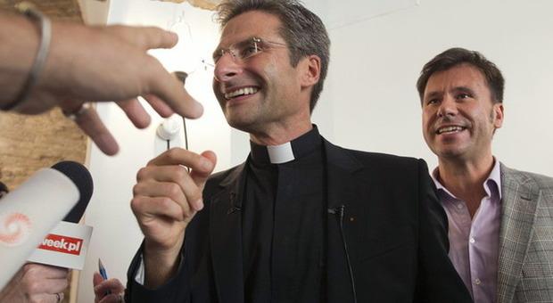 Sacerdote gay fa outing, il Vaticano lo rimuove e lui attacca: «Sant'Uffizio è cuore omofobia»