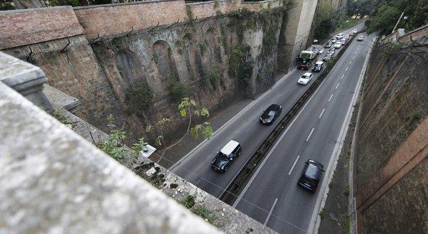 Roma, perde il controllo dello scooter sul Muro Torto: grave 34enne