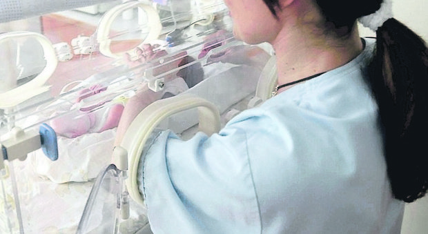 """Neonato lasciato morire in ospedale perché era già stato registrato come """"nato morto"""": denunciati 2 medici"""