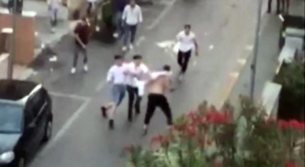 «Famme vede come litighi, ti sparo in testa»: rissa sulle strade di Alba Adriatica