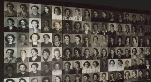 Il pannello di ritratti delle deportate che si trova al campo (foto AMBRA LAURENZI)