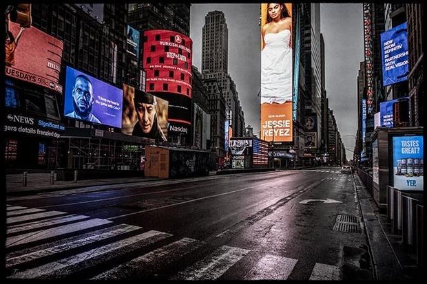 Times Square deserta, foto di Terry W. Sanders