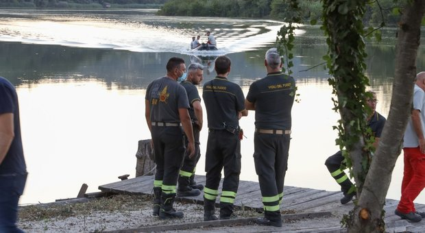 Elicottero cade nel Tevere vicino Roma. «Individuato il velivolo sul fondale»