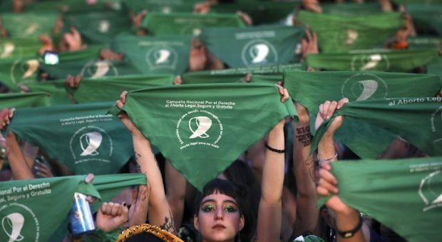 Argentina verso l'aborto legale, i fazzoletti verdi e la lunga battaglia delle donne