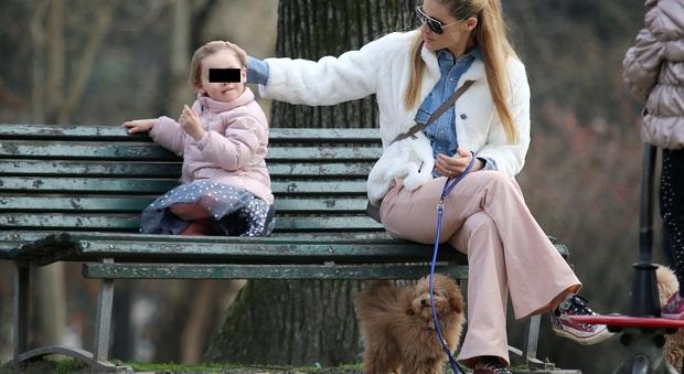 Michelle Hunziker raggiante al parco con la figlia Sole e i due cani