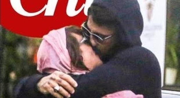 Asia Argento tra le braccia di Fabrizio Corona, le foto del bacio ( Credits uff. stampa)