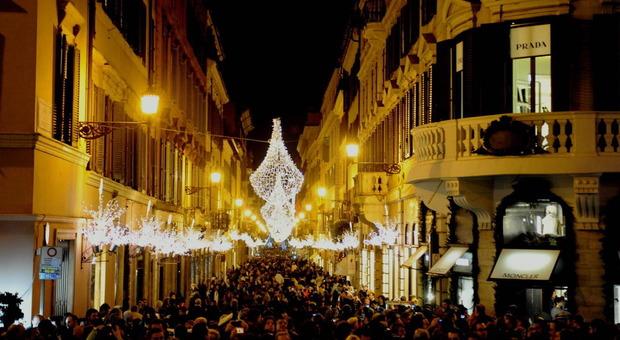 A roma arriva il natale si accendono le luminarie in via condotti