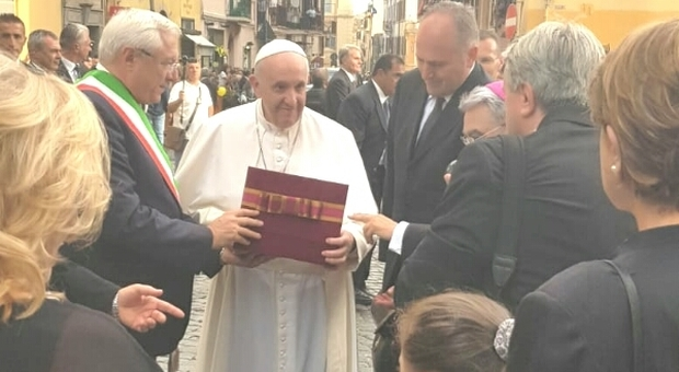 Papa Francesco ad Albano, folla alla messa e murale che lo ritrae nelle vesti di operaio che ripulisce il mondo