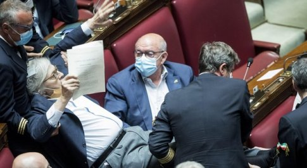 Sgarbi espulso alla Camera e portato via di peso: Carfagna: «Insulta le donne». Fico: «Sessismo»