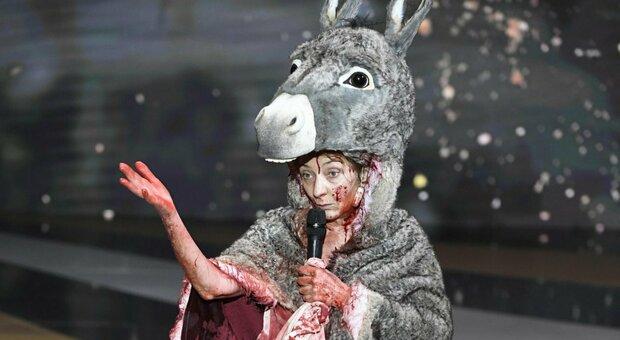 Nuda sul palco dei César per protesta contro cinema e teatri chiusi: «Ridateci l'arte»
