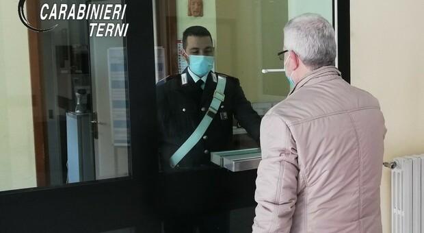 I carabinieri aiutano gli anziani nelle prenotazioni online dei vaccini contro il covid