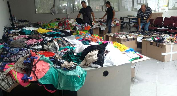 Ostia, poliziotti tra i bagnanti bloccano gli ambulanti abusivi: sequestrata una tonnellata di merce