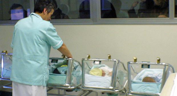 Neonata ha 40 di febbre, il pediatra non la visita. La mamma: «Lo denuncio»