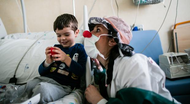 """Coronavirus, videochiamate con i Dottori del Sorriso per i bambini ricoverati in ospedale: """"Non lasciamoli soli"""""""