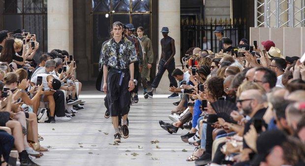Loghi ben in vista e ispirazione streetwear: la moda uomo a Parigi celebra la diversità