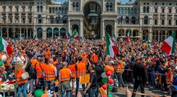 Gilet arancioni, proteste in piazza: «No all'Europa, torniamo alla lira»