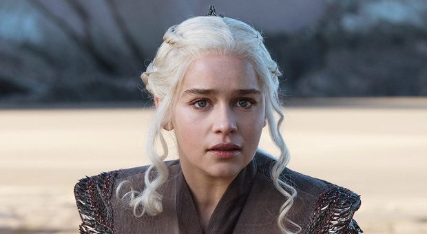 Emilia Clarke, il dramma della star del Trono di Spade: «Chiesi ai medici di lasciarmi morire»