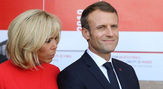 Macron e Brigitte, tra i due c'è burrasca: «Scenate da far tremare le mura dell'Eliseo»