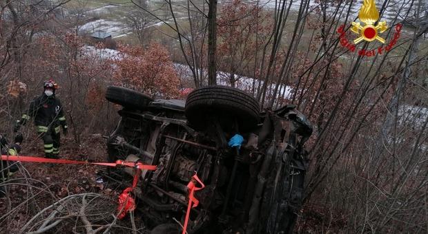 Incidente fra tre auto, una finisce nella boscaglia: uomo ferito