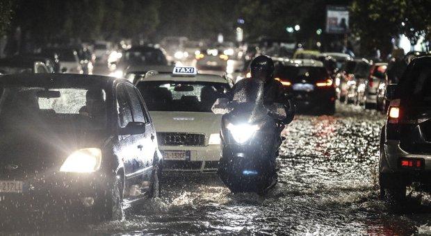 Bomba d'acqua su Roma: allagamenti, alberi caduti e strade chiuse
